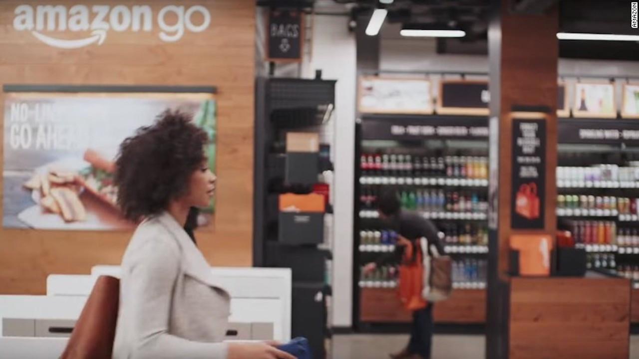 Para entrar y salir de Amazon Go necesitas tu teléfono móvil. - El supermercado inteligente de Amazon Que no necesita cajas de pago || El Hispano News